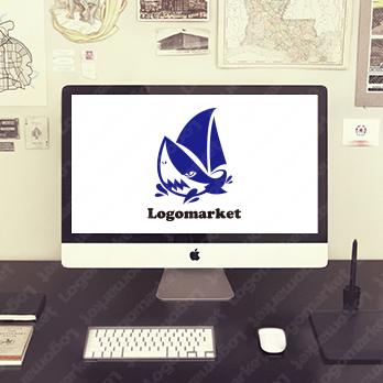 サメと船とキャラクターのロゴ